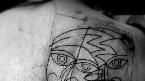 Tatuaje ancla en el nudillo
