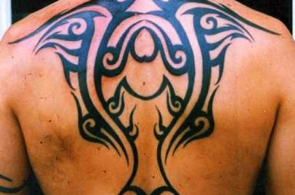 Tatuaje letras chinas en la nuca