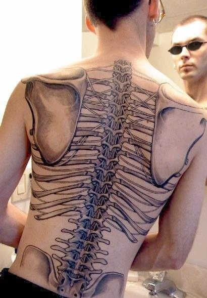 Huesos de la espalda tatuados