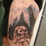 Tatuaje clave de fa en la espalda