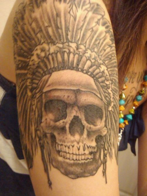 Tattoo de la calavera en el brazo