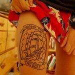 Máquina de tatuajes en acción.