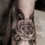 Tatuaje de un faraon en el brazo