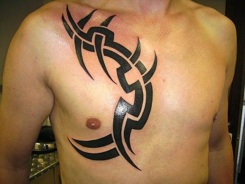 Tatuaje de tribales en el pecho