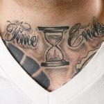 Tatuaje de mapamundi en la espalda