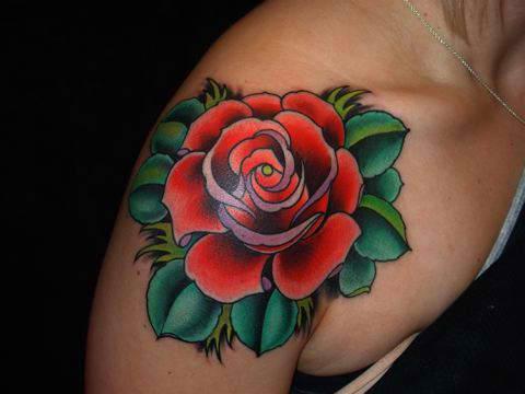 tatuaje rosa hombro