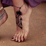 Tattoo de un ancla en la pierna