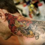 Tatuaje Love Life en los nudillos