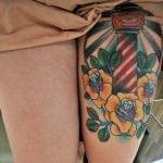 Tattoo en la espalda de una mujer