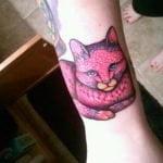 gato rosa tatuaje