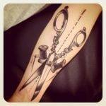 Tatuaje de una pluma de pavoreal
