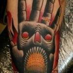 Tatuaje de un aguila en el brazo