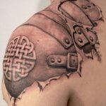 Tatuaje de libelula en el brazo