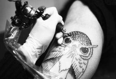 Haciendo tatuaje