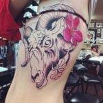 Tatuaje en el pecho de un par de perros