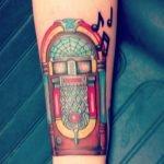 Tatuaje de un elefante en la pierna