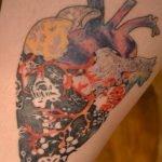 Tatuaje de pluma de pavoreal en la espalda