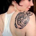 Tatuaje de Pi en el hombro