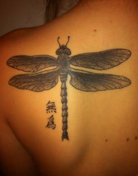 tatuaje libélula y letras chinas