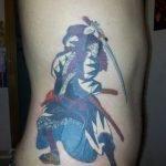 Tatuaje pez koi en el hombro