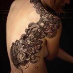 Tatuaje de un diseño de árbol en la espalda