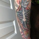 Tatuaje en el pecho de 3 calaveras