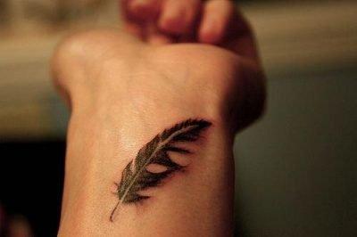 tattoo pluma en muñeca