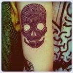 Tatuaje de una calavera y una flor