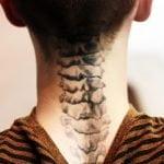 Tatuaje paraguas detrás de la oreja