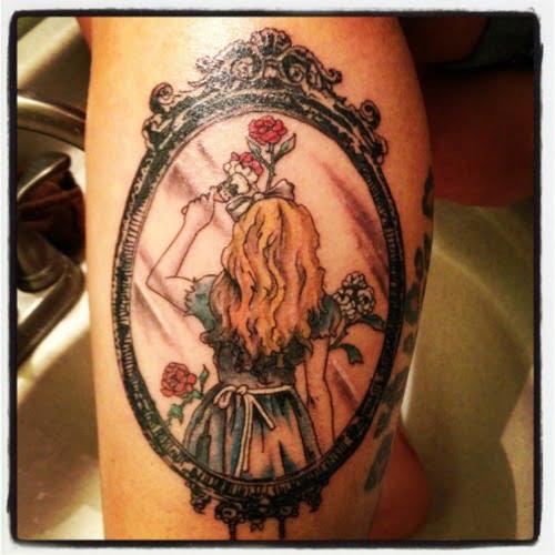 Tatuaje pintando rosas