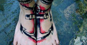 Tatuaje ancla en los pies