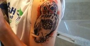 Tatuaje búho en el hombro