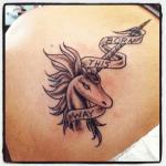 Tatuaje candelabro en el abdomen