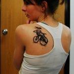 Tatuaje Alicia pintando rosas