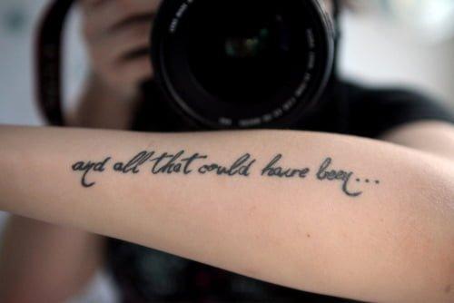 Tatuaje en el brazo con frase