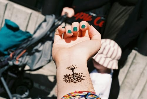 Tatuaje de un cedro en la muñeca