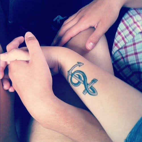 Tatuaje de ancla musical