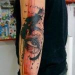 Tatuaje de una galaxia en el brazo