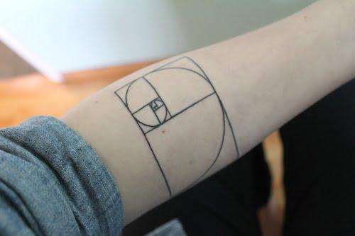 Tatuaje rectángulo dorado