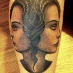 Un grupo de amigas muestran sus tatuajes