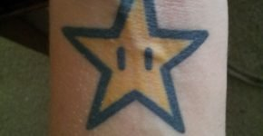Estrella de Mario bros tatuada