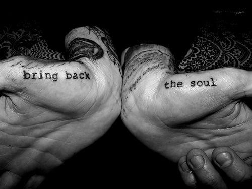 frase tatuada en las manos