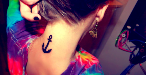 tatuaje ancla en la nuca