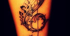 Clave de sol tatuada