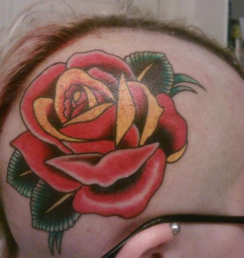 Rosa tatuada en la cabeza