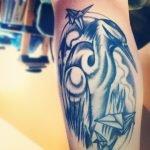 Tatuaje de ratón en la espalda