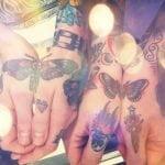 Tatuaje de té en las manos