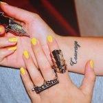 Tatuaje reloj de bolsillo y flores