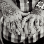 Tatuaje Matrushka en la pierna