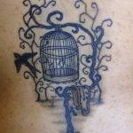 Moño tatuado en la muñeca